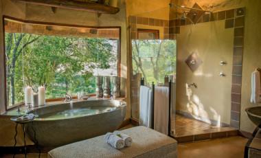Lukimbi Safari Lodge bathroom